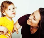 Madre abbastanza reale di modo con la piccola fine bionda sveglia della figlia su isolata su fondo bianco, la gente di stile di v Fotografie Stock