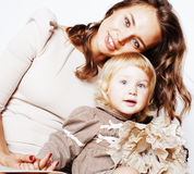 Madre abbastanza reale di modo con la piccola fine bionda sveglia della figlia sul sorridere felice, concetto della gente di stil Fotografie Stock