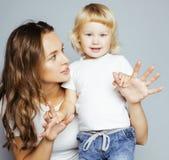 Madre abbastanza reale di modo con piccolo biondo sveglio Fotografie Stock