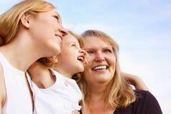 Madre, abuela y niña mirando para arriba Foto de archivo