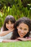 Madre adorable con su hija en el jardín Imagen de archivo libre de regalías
