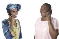 Madre africana e hija que hablan en el teléfono elegante Imágenes de archivo libres de regalías