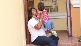 Madre africana que se divierte con su bebé almacen de video