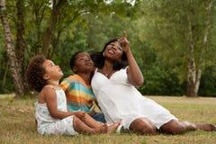 Madre africana y niños que miran para arriba Imágenes de archivo libres de regalías