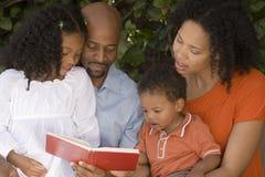 Madre afroamericana e padre ed i loro bambini Fotografie Stock Libere da Diritti