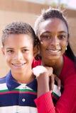 Madre afroamericana feliz y su daugher Foto de archivo libre de regalías