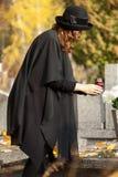 Madre al cimitero nella caduta fotografia stock libera da diritti