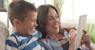 Madre alegre e hijo que elaboran la lista de compras metrajes