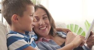 Madre alegre e hijo que hacen la lista de compras almacen de metraje de vídeo