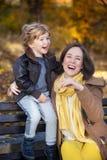 Madre alegre e hijo que ríen en naturaleza Fotos de archivo