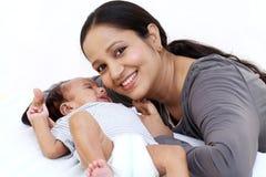 Madre alegre que juega con recién nacido imagen de archivo libre de regalías