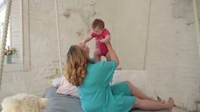 Madre alegre que levanta a su niño infantil para arriba almacen de video