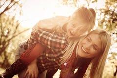 Madre allegra che gode nel parco con la figlia Fine in su immagini stock libere da diritti
