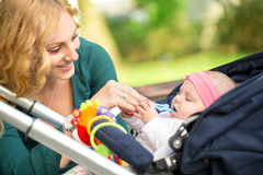 Madre allegra con il suo bambino Fotografia Stock