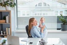 Madre allegra divertendosi con il bambino felice fotografia stock libera da diritti