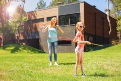 Madre allegra e figlia che giocano con i hula-hoop fotografie stock libere da diritti