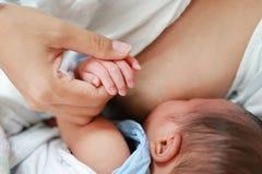 Madre alta vicina che allatta il suo bambino neonato immagini stock