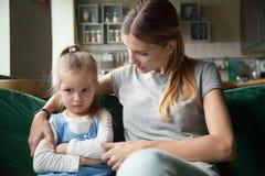 Madre amorosa che consola avo testardo turbato insultato della figlia del bambino immagine stock