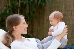 Madre amorosa con il suo neonato fotografia stock
