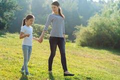 Madre amorosa e sua la figlia che hanno una passeggiata in parco Fotografia Stock Libera da Diritti
