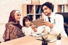 Madre araba con il figlio all'Appointment del dottore fotografia stock