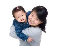 Madre asiática con su hija Foto de archivo libre de regalías