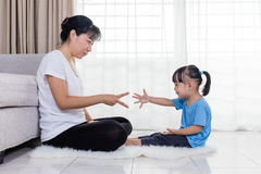 Madre asiática e hija chinas que juegan piedra papel o tijera imagen de archivo