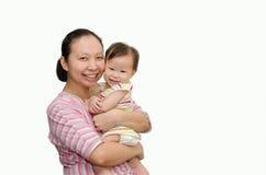 Madre asiática que celebra al bebé adorable del niño imagen de archivo