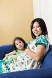 Madre asiatica incinta e la sua figlia fotografia stock