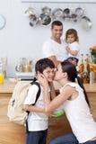 Madre atenta que da el almuerzo de escuela a su hijo Fotografía de archivo libre de regalías