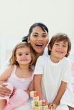 Madre atenta y el su jugar de los niños Fotografía de archivo