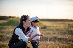 Madre, bambino, ragazzo, fratello, bambino, amore, gioia, famiglia, donna Fotografia Stock