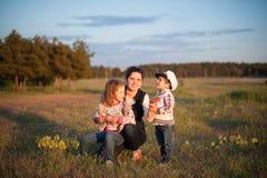 Madre, bambino, ragazzo, ragazza, fratello, sorella, amore, gioia, famiglia, donna Fotografie Stock Libere da Diritti