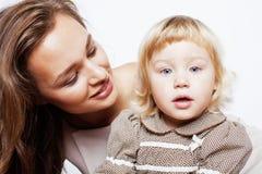 Madre bastante elegante con la pequeña hija linda que abraza, familia sonriente feliz, concepto de los jóvenes de la gente de la  Imagenes de archivo