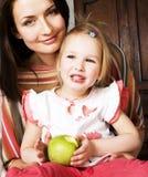 Madre bastante elegante con la pequeña hija linda que abraza, familia sonriente feliz, concepto de los jóvenes de la gente de la  Imagen de archivo libre de regalías