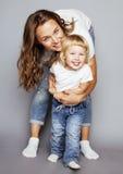 Madre bastante elegante con la pequeña hija rubia linda que abraza, familia real sonriente feliz, concepto de los jóvenes de la g Imágenes de archivo libres de regalías