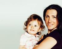 Madre bastante elegante con la pequeña hija rubia linda que abraza, familia real sonriente feliz, concepto de los jóvenes de la g Foto de archivo libre de regalías