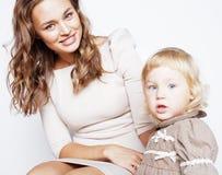 Madre bastante elegante con la pequeña hija rubia linda que abraza, familia sonriente feliz, concepto de los jóvenes de la gente  Imagen de archivo libre de regalías