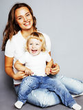 Madre bastante elegante de los jóvenes con el pequeño hugg rubio lindo de la hija Imagenes de archivo