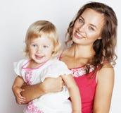 Madre bastante elegante de los jóvenes con el pequeño hugg rubio lindo de la hija Fotos de archivo