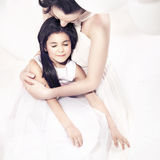 Madre bonita que abraza a su hija Fotografía de archivo libre de regalías