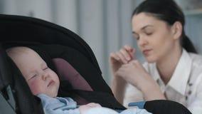 Madre cansada con el bebé almacen de video