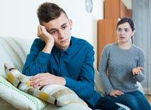 Madre cansada que reprende al hijo adolescente en casa Foto de archivo