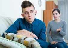 Madre cansada que reprende al hijo adolescente en casa Fotos de archivo
