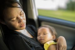 Madre cansada y agotada que toma cuidado de su bebé Depresión de Postpardum fotografía de archivo
