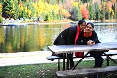 Madre cariñosa e hija que disfrutan de otoño Fotos de archivo