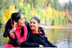 Madre cariñosa e hija que disfrutan de otoño Fotos de archivo libres de regalías