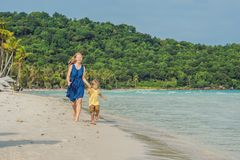 Madre cariñosa joven y su pequeño hijo que juegan en la playa Fotos de archivo