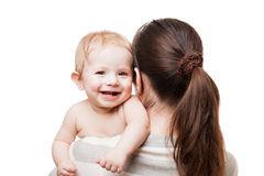 Madre cariñosa que celebra al pequeño niño sonriente recién nacido del bebé fotos de archivo libres de regalías