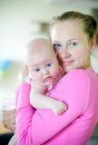 Madre cariñosa y pequeña hija Imagen de archivo libre de regalías